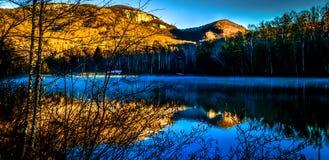 Pinnacle See mit Tabellen-Felsen-Berg Stockfotos