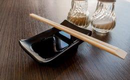 Pinnar över svart sås för koppJapan shoyu royaltyfri foto