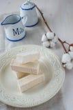 Pinnar av marshmallowen på en ljus bakgrund Arkivfoto