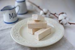 Pinnar av marshmallowen på en ljus bakgrund Royaltyfria Bilder