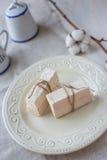 Pinnar av marshmallowen på en ljus bakgrund Arkivfoton