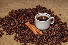 Pinnar för  för kaffe Ñ övre och kanelbruna på grillade kaffebönor Arkivfoton
