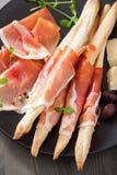 Pinnar för Prosciuttoskinka och grissinibröd Italiensk antipasto Royaltyfria Bilder