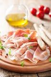 Pinnar för Prosciuttoskinka och grissinibröd Italiensk antipasto Royaltyfria Foton