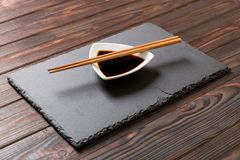 Pinnar och soya på svart stenar plattan, träbakgrund royaltyfria bilder