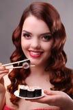 pinnar som äter flickasushi Royaltyfri Fotografi