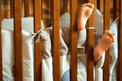 Pinne för fot för barn` s ut ur lathunden royaltyfri fotografi