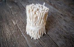 Pinneträ på den Wood tabellen royaltyfri fotografi