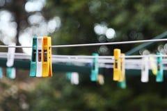 Pinnor på en tvätterilinje Arkivfoton