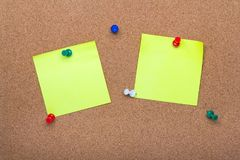 Pinnwandbeschaffenheit für Hintergrund, corolful Stifte und klebrige Anmerkungen lizenzfreies stockfoto