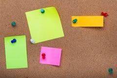 Pinnwandbeschaffenheit für Hintergrund, corolful Stifte und klebrige Anmerkungen lizenzfreie stockfotografie