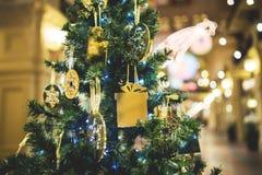 Pino de la Navidad en centro comercial Foto de archivo