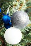 Pino de las decoraciones de la Navidad, bolas en un árbol Imagen de archivo libre de regalías