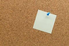 Pino de papel abstrato da nota na placa da cortiça Fotos de Stock