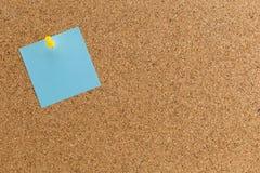 Pino de papel abstrato da nota na placa da cortiça, Fotos de Stock
