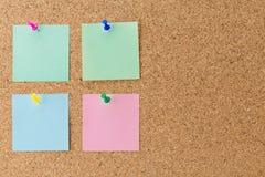 Pino de papel abstrato da nota na placa da cortiça Foto de Stock Royalty Free