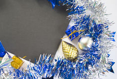 Pino del árbol de abeto del oro de la Navidad y fondo azul de la foto del regalo Imagen de archivo libre de regalías