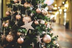 Pino del Año Nuevo en el edificio, Fotos de archivo