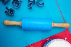 Pino do rolo azul com formulários das letras fotografia de stock