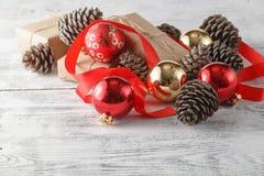 Pino e palle rosse attillate e del cono di natale Decorat di Natale Fotografia Stock Libera da Diritti