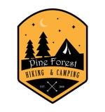 Pino Forest Hiking y logotipo que acampa stock de ilustración