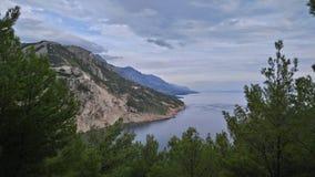 Pino, mar, montaña Imágenes de archivo libres de regalías