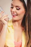 Pino retro acima da menina que fala no telefone celular Fotografia de Stock Royalty Free