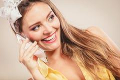 Pino retro acima da menina que fala no telefone celular Fotos de Stock Royalty Free