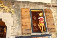 Pinocchio в магазине здания окна деревянных игрушек Стоковые Изображения