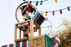 Pinocchio bewegt wellenartig und fährt auf ein Floss in Disneyland-Parade Lizenzfreie Stockfotos