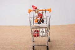 Pinocchio, das auf Einkaufslaufkatze sitzt Stockfoto