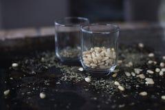 Pinoli e basilico sullo strato di biscotto Fotografia Stock
