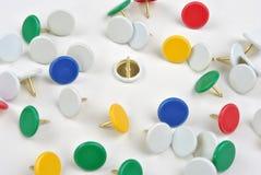 pinos coloridos do escritório e um fundo branco Fotografia de Stock Royalty Free