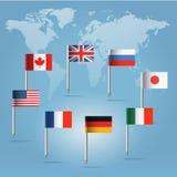 Pinos da bandeira G8 sobre a silhueta do mapa de mundo Fotografia de Stock Royalty Free