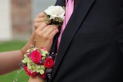 Pinos da data do baile de finalistas na flor da lapela imagens de stock royalty free