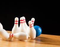 Pinos de boliches e bola de boliches na miniatura Imagem de Stock