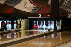 Pinos de bowling que caem da bola imagens de stock royalty free