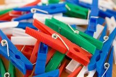 Pinos de roupa coloridos Fotografia de Stock