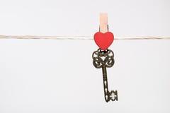 pinos de roupa com corações e chave pequenos do vintage Imagens de Stock Royalty Free