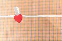 pinos de roupa com corações pequenos Imagens de Stock Royalty Free