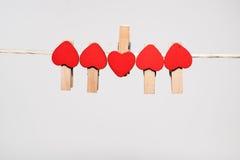 pinos de roupa com corações pequenos Foto de Stock Royalty Free
