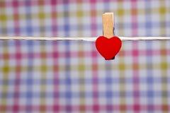 pinos de roupa com corações pequenos Fotografia de Stock Royalty Free