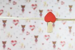 pinos de roupa com corações pequenos Fotos de Stock