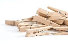 Pinos de roupa de madeira, isolados em um fundo branco Fotografia de Stock