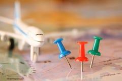 Pinos unidos ao mapa, mostrando o destino do lugar ou do curso Imagem retro do estilo Foco seletivo Fotografia de Stock Royalty Free