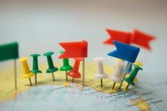 Pinpoint marcado da cidade do pino das bandeiras de país do mapa do mundo imagem de stock royalty free