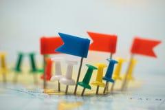 Pinpoint marcado da cidade do pino das bandeiras de país do mapa do mundo fotografia de stock