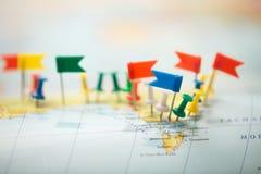 Pinpoint marcado da cidade do pino das bandeiras de país do mapa do mundo fotos de stock royalty free