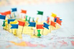 Pinpoint marcado da cidade do pino das bandeiras de país do mapa do mundo imagens de stock royalty free