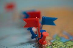Pinpoint marcado da cidade do pino das bandeiras de país do mapa do mundo Imagem de Stock